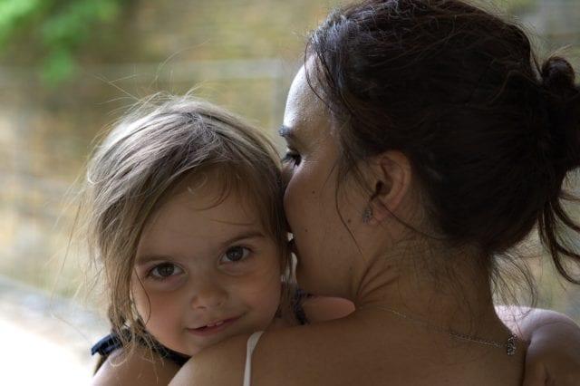 Femme serrant dans ses bras un enfant